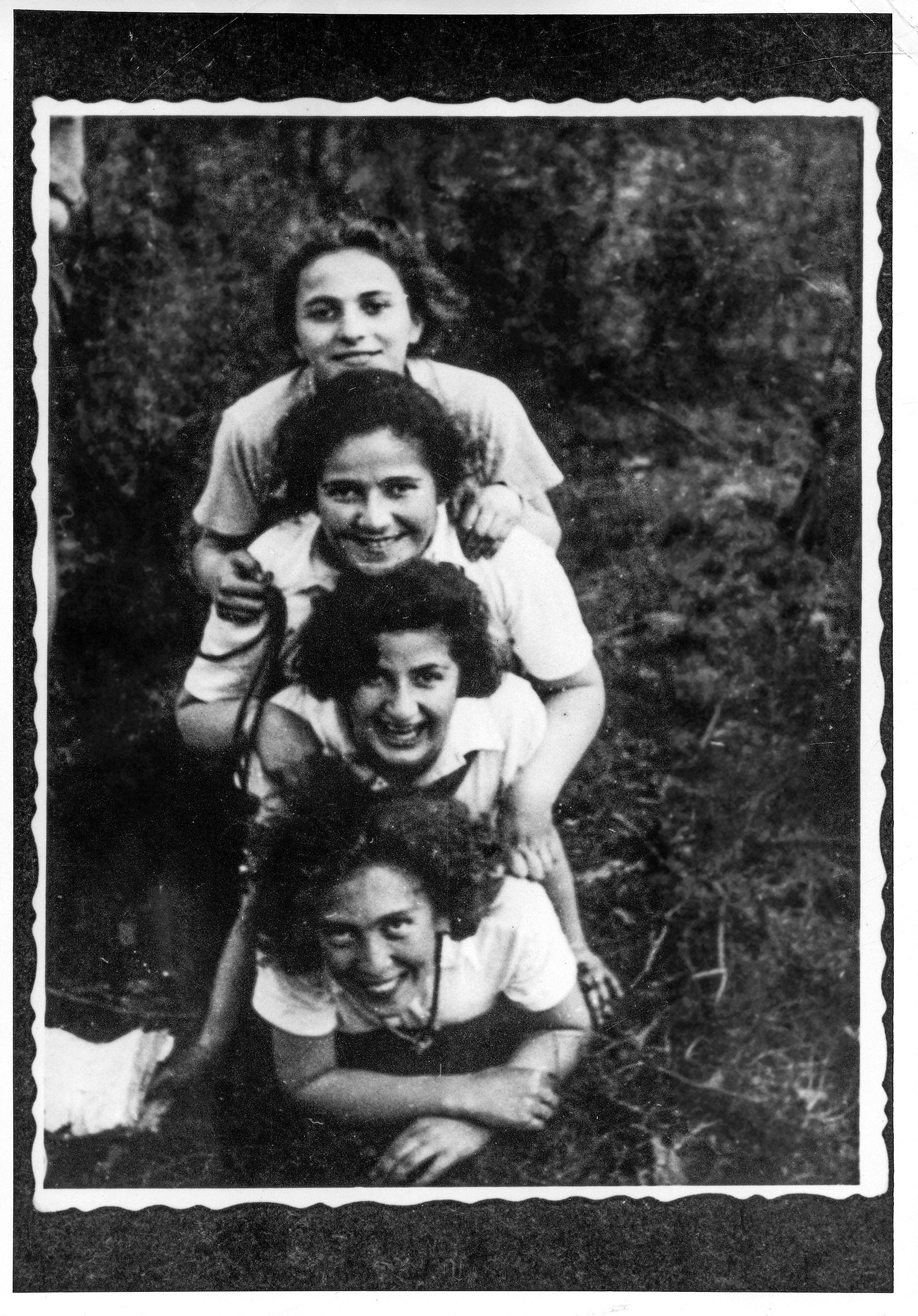 Members of The Young Guard in Włocławek, Poland, during Lag BaOmer, 1937. Tosia Altman is at the bottom.