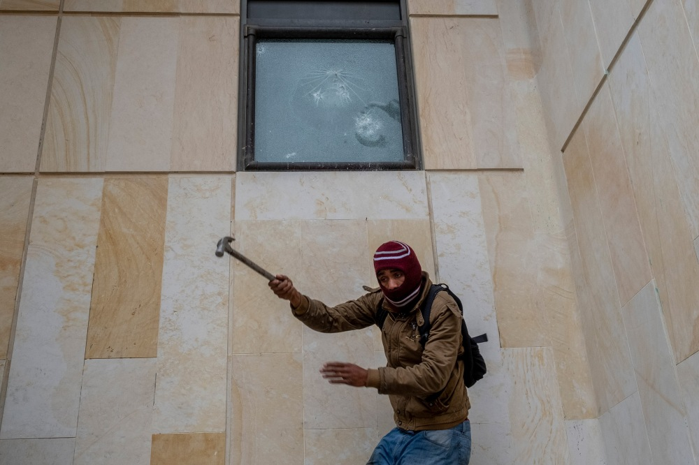 Protester broke the glass of one of the sales of the Supreme Court of Justice in downtown Bogota. Picture by Santiago Mesa