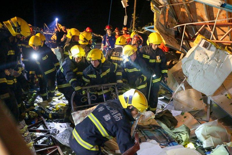 På det här fotot som släpptes av Kinas Xinhua News Agency söker räddningspersonal genom vraket av byggnader som förstördes av en rapporterad tornado i Wuhan i centrala Kinas Hubei-provins, den 15 maj 2021.