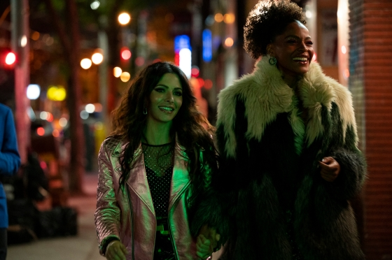 SEX/LIFE (L to R) SARAH SHAHI as BILLIE CONNELLY and MARGARET ODETTE as SASHA SNOW in episode 101 of SEX/LIFE Cr. AMANDA MATLOVICH/NETFLIX © 2021