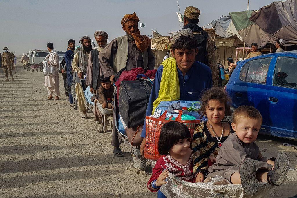 مواطنون أفغان يصطفون عند نقطة العبور الحدودية الباكستانية الأفغانية في شامان في 17 أغسطس 2021 للعودة إلى أفغانستان.
