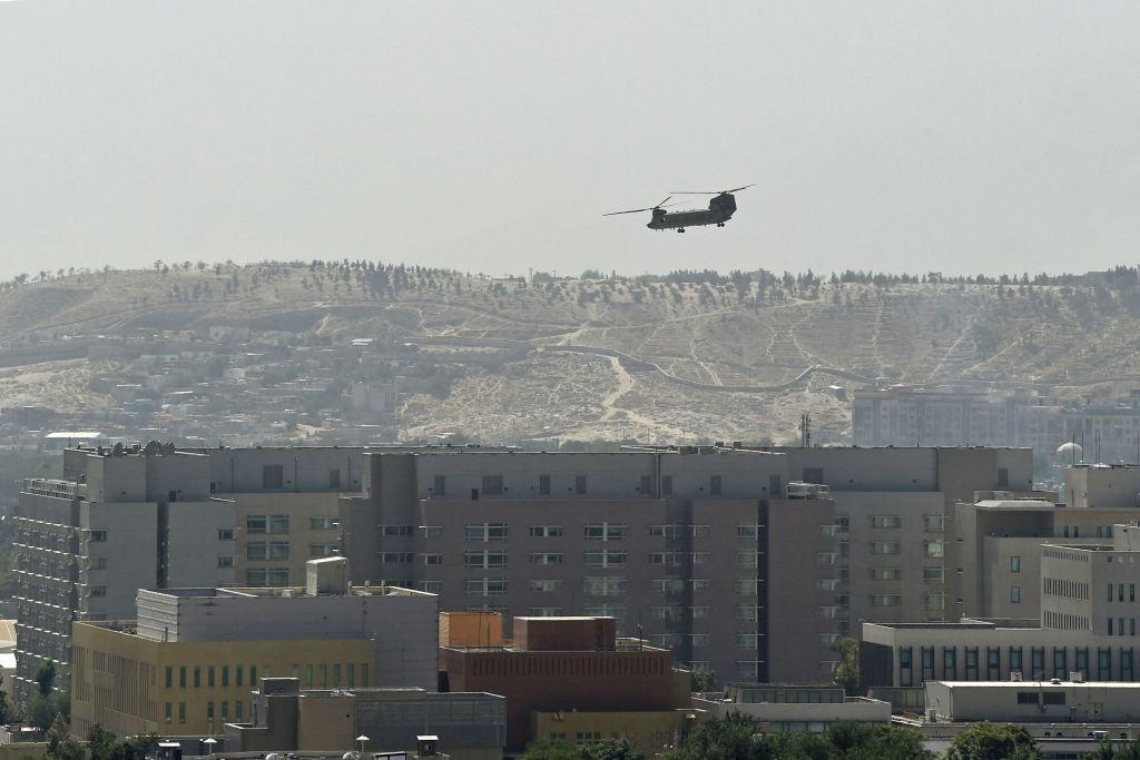طائرة هليكوبتر عسكرية أمريكية تحلق فوق السفارة الأمريكية في كابول في 15 أغسطس 2021.