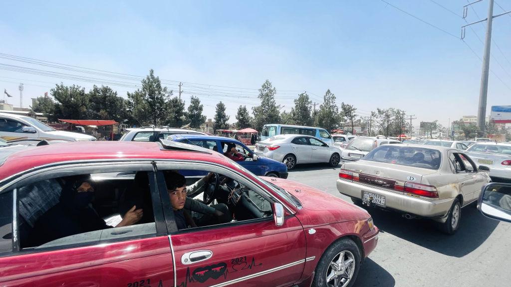 عائلات أفغانية تحمل أمتعتها في طريقها للفرار من مدينة كابول ، أفغانستان ، في 15 أغسطس ، 2021.