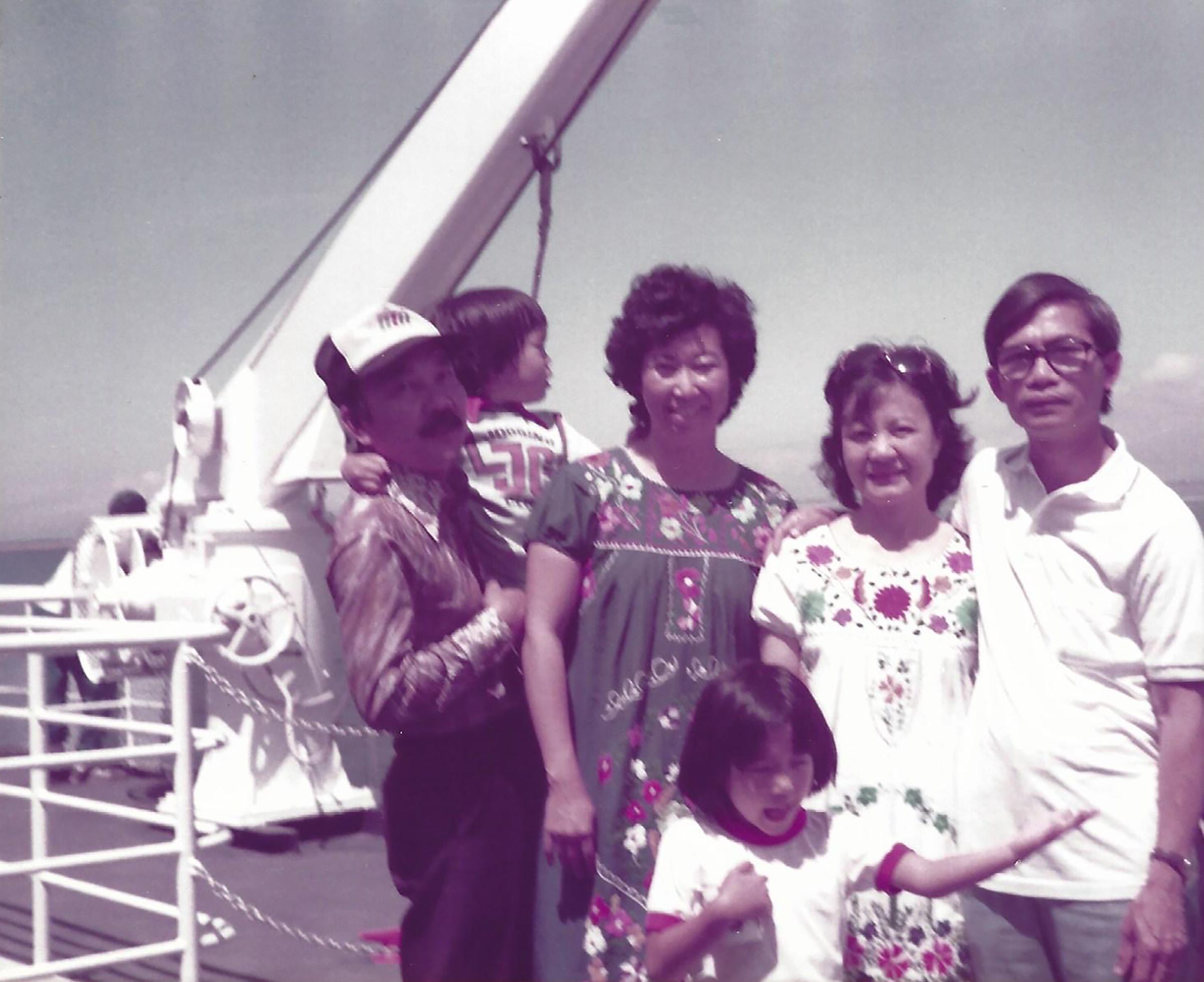 إيمي فان ، وسط الصورة ، مع والدها وشقيقها ووالدتها وعمتها وعمّها من اليسار في فانكوفر ، كندا ، صيف 1983.