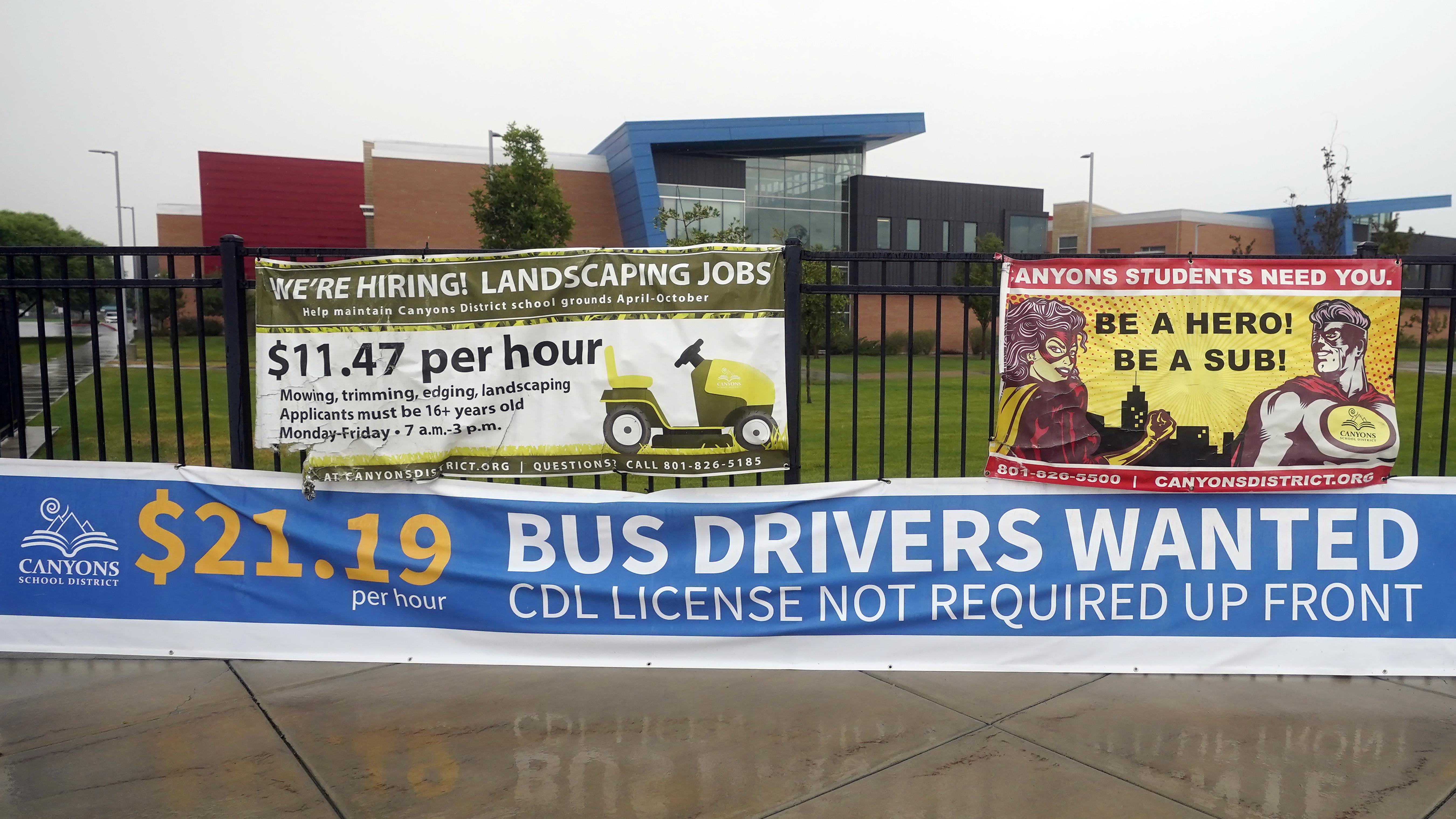 تظهر لافتة مطلوب سائقي الحافلات يوم الأربعاء ، 18 أغسطس ، 2021 ، في ساندي ، يوتا.