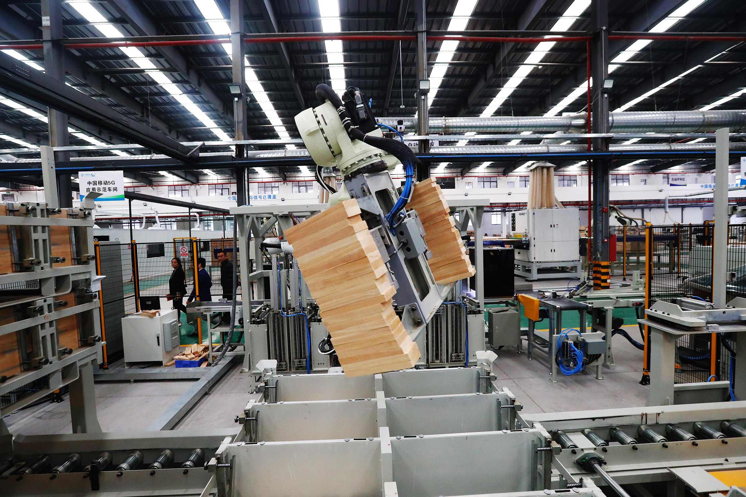 A robotic arm moves bricks using 5G and AI on Oct.21 in Ganzhou, Jiangxi province
