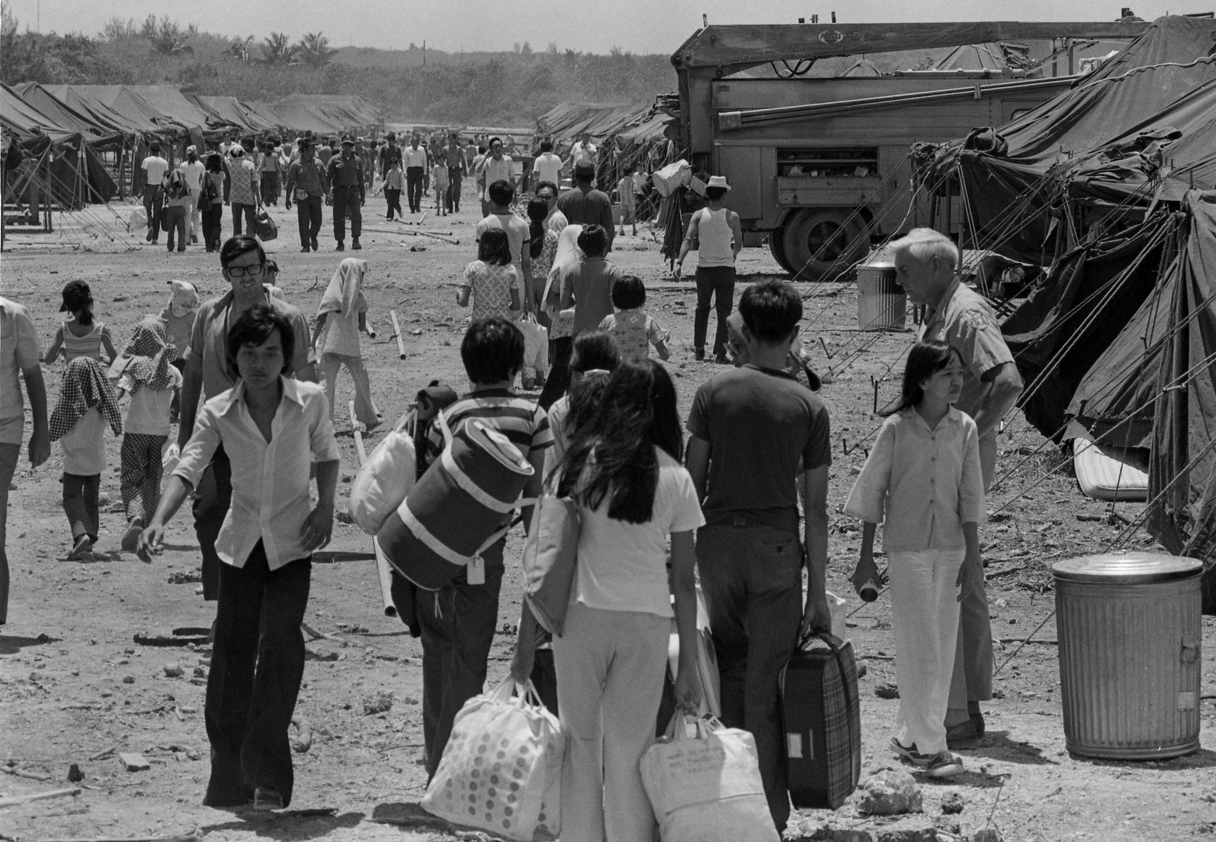 أكثر من 3000 لاجئ من جنوب فيتنام يدخلون المخيم في كروت بوينت في قاعدة غوام البحرية بعد نقلهم من قاعدة كلارك الجوية في الفلبين ، 26 أبريل 1975.