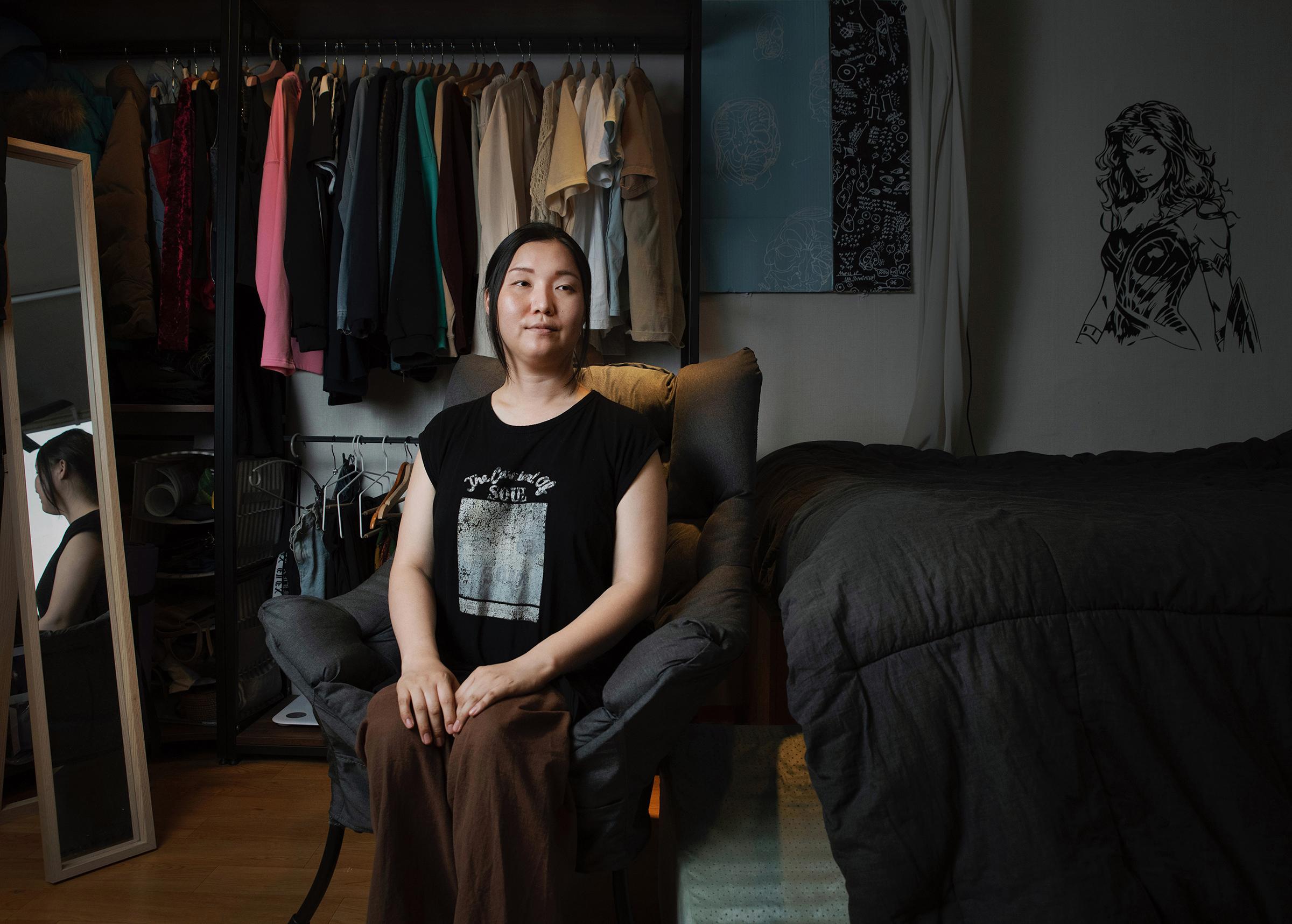 """지난 6월 21일, 이태원 보광동에 있는 자신의 집에서 박에디씨를 만나 이야기를 나눴다. 박씨는 코로나19 판데믹이 시작하기 바로 직전인, 그리고 트랜스젠더 혐오가 한국 사회에 퍼지기 시작한 시점인 2020년 1월부터 이 아파트에 살았다. 변희수 하사의 전역처분과 숙명여자대학교의 트랜스젠더 합격생이 트랜스젠더 혐오적인 분위기에 입학을 포기했던 사건들을 두고 박씨는 """"코로나도 코로나지만 이 한국사회에 트랜스젠더 혐오가 장난 아니었어요"""" 라고 회상한다. """"성별 정정이 됐는데도 불구하고 학교를 갈 수 없는? 한 트랜스젠더 여군은 가겠다고 하니 오지말라 그러고… 어쩌라는건지 모르겠어요."""" 라며 박씨는 이렇게 기본적인 권리조차 지켜주지 않는 환경이 자신을 좌절하게끔 만들었다 하였다. """"저는 2개월간 다섯 번의 장례식을 간거에요. 왜 상처 나면 약바르고 딱지가 지잖아요. 딱지가 지고나서 벗겨지면 흉터가 남는데. 지금 딱 딱지 과정인 것 같아요. 그리고 내 집이 저에게는 [상처를 돌볼 수 있는] 안전한 곳이죠."""""""