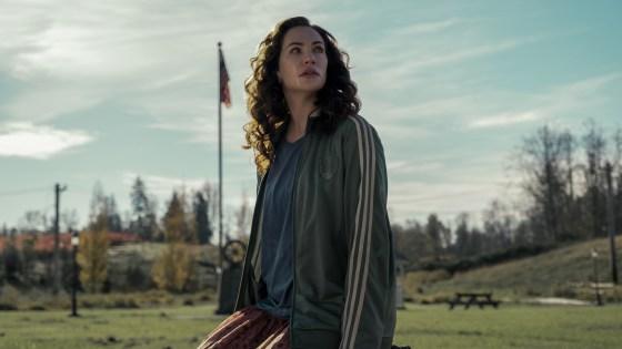 मिडनाइट मास (एल से आर) केट सीगल, मिडनाइट मास करोड़ के एपिसोड 106 में एरिन ग्रीन के रूप में।  ईइक श्रोटर/नेटफ्लिक्स © 2021