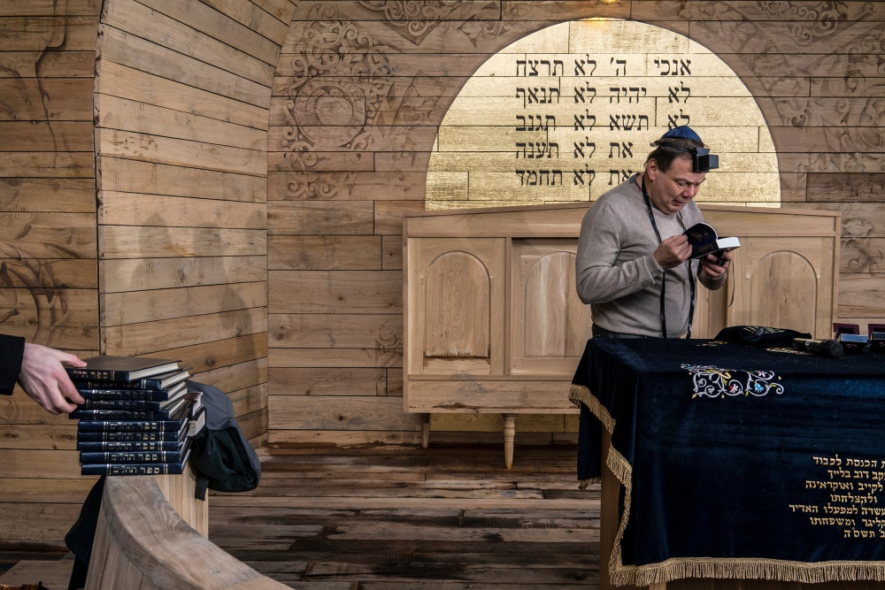 Fridman prays at a Holocaust Remembrance Day ceremony at the BabynYar synagogue on April 8