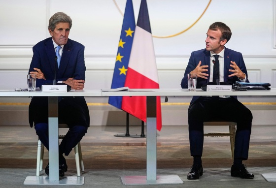 Kerry with French President Emmanuel Macron